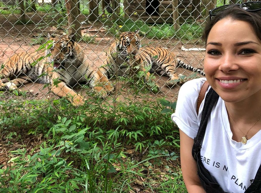 Jessica Parker Kennedy with tigers