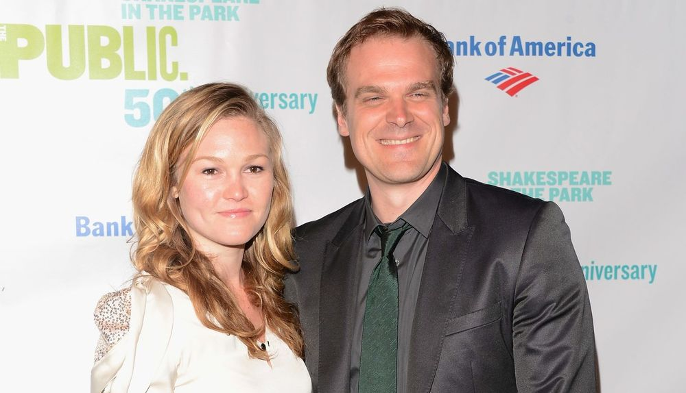 Julia Stiles and David Harbour